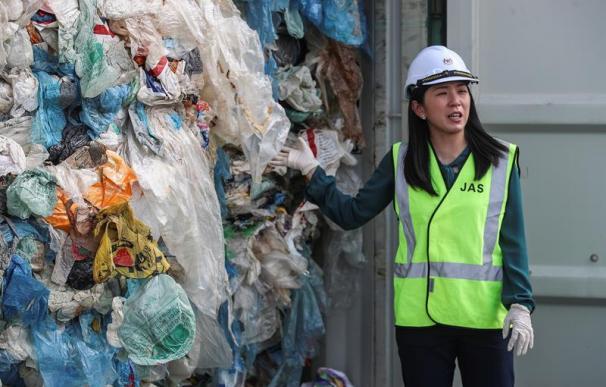 Fotografía de contenedores repletos de plástico en Puerto Klang en Selangor (Malasia).