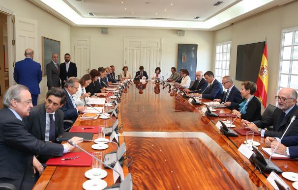 Pedro Sánchez en una de sus diversas reuniones con los empresarios en Moncloa