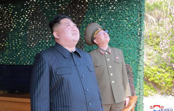 Kim Jong-Un mira al cielo