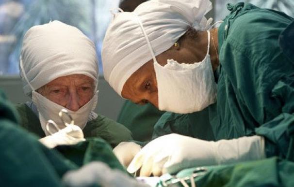 Fotografía de Mamitu Gashe (derecha) durante una operación.
