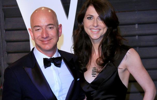 Jeff Bezos y MacKenzie. / EFE