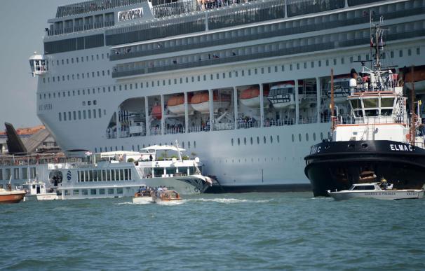 El crucero MSC Opera tras la colisión con un barco turístico en Venecia, Italia, el 2 de junio de 2019. /EFE/EPA/ANDREA MEROLA