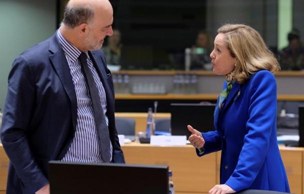 El comisario europeo de Economía y Finanzas, Pierre Moscovici (izq), conversa con la ministra de Economía española, Nadia Calviño, a su llegada a la reunión de ministros de Economía y Finanzas de la UE este martes en Bruselas (Bélgica)