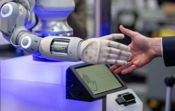 El robot 'BionicSoftHand' en la Feria Industrial de Hannover. / EFE