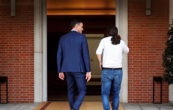 Pedro Sánchez y Pablo Iglesias en el Palacio de la Moncloa.   EFE