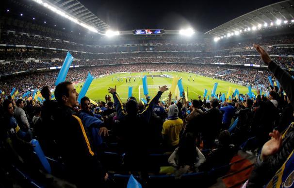 Aficionados de Boca Juniors animan en la grada del estadio Santiago Bernabeu donde esta noche se disputará el partido de vuelta de la final de la Copa Libertadores entre el River Plate y el Boca Juniors. EFE/Juan Carlos Hidalgo