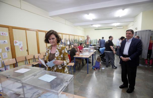 La secretaria de igualdad del PSOE y vicepresidenta del Gobierno en funciones ,Carmen Calvo vota en Córdoba, acompañada del ministro de Agricultura, Luis Planas (d). EFE/Salas