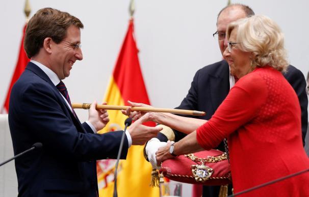 La alcaldesa en funciones del Ayuntamiento de Madrid, Manuela Carmena entrega el bastón de mando al cabeza de lista del PP al Ayuntamiento de la capital de España, José Luis Martínez Almeida. /EFE/Emilio Naranjo