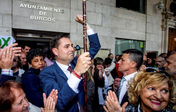 El candidato socialista Daniel de la Rosa, ha sido proclamado este sábado alcalde de Burgos, gracias a que los dos concejales de Vox en el Ayuntamiento han votado a su propia candidatura por sorpresa y en contra de las directrices de los órganos nacionale