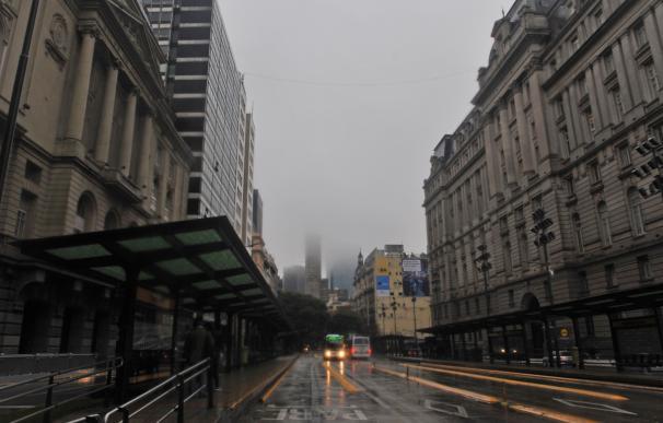 .- Fotografía del centro de Buenos Aires, este domingo en medio de un apagón que afectó Argentina, Uruguay y Paraguay. /EFE