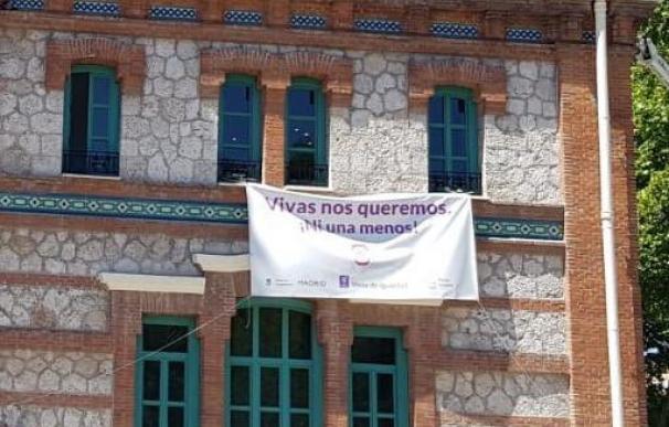La pancarta contra la violencia machista que colgaba en la Junta de Distrito de Arganzuela / Más Madrid Arganzuela