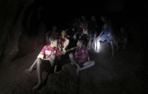 Los 12 escolares y su entrenador dentro de la cueva Tham Luang. /EFE