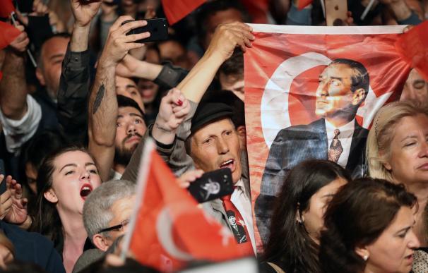 Manifestantes a favor del alcalde de Estambul, Ekrem Imamoglu