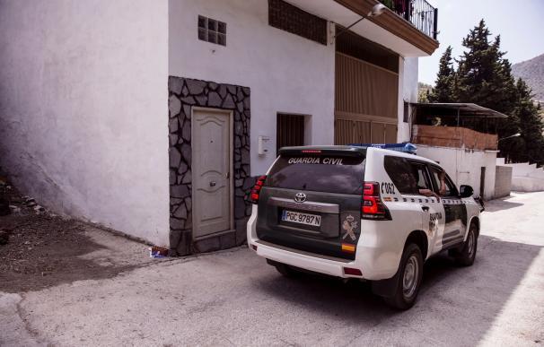Un coche de la Guardia Civil pasa frente a la casa de la mujer de 31 años de origen rumano y madre de un bebé de siete meses