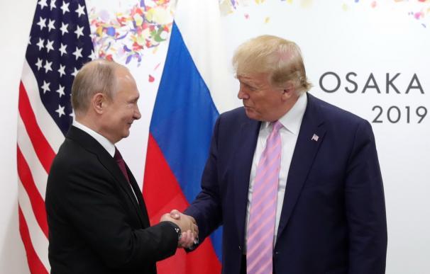 El presidente ruso, Vladimir Putin (i), se reúne con el presidente de os Estados Unidos, Donald Trump (d), en el marco de la cumbre de líderes del G20 que se celebra en Osaka, Japón, este viernes. Los gobernantes del G20 y líderes políticos invitados come