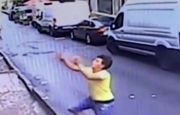 Fotografía del hombre que salvó a una niña que cayó de un edificio.