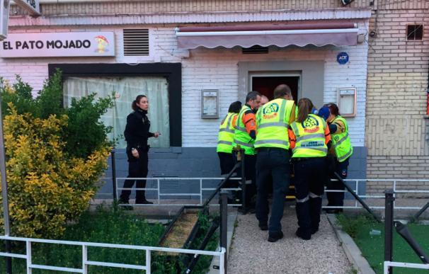 Sanitarios del Samur-Protección Civil trasladan a la víctima que falleció al día siguiente en el hospital. / EMERGENCIAS MADRID