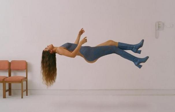 Portada disco Amaia Romero, desnuda con cuerpo pintado levitando