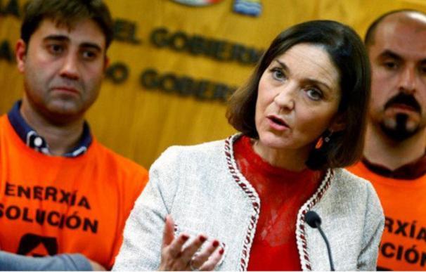 Reyes Maroto, ministra de Industria, con los trabajadores de Alcoa / Cabalar (EFE