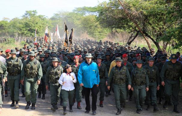 Fotografía cedida por el prensa de Miraflores que muestra al presidente de Venezuela, Nicolás Maduro (c), mientras camina junto a miembros del alto mando de las Fuerzas Armadas. /EFE