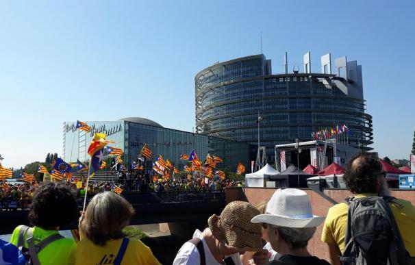 Los independentistas catalanes se concentran frente al Parlamento Europeo. / EP