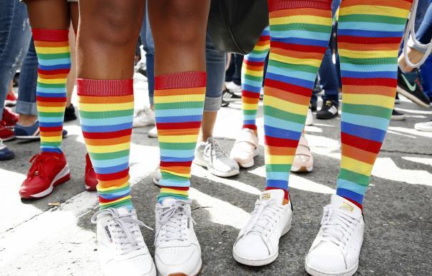 Dos personas con medias arcoíris