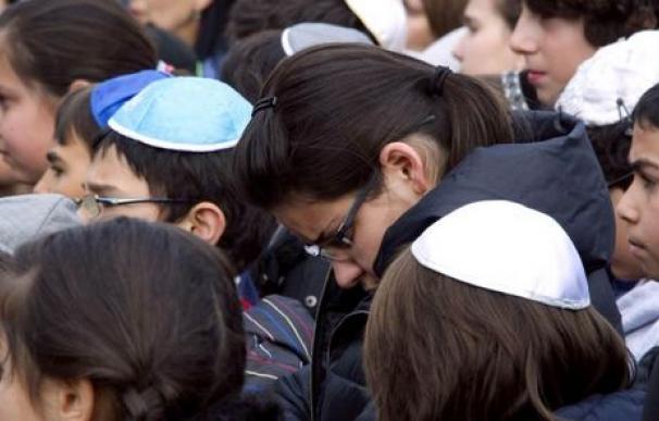 Niños judíos llevando el kipá