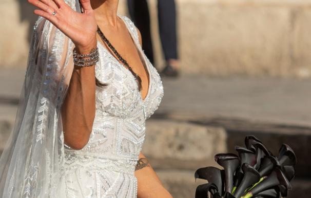 Pilar Rubio de novia con su ramo de calas negras