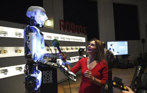 Una informadora con un robot que interactúa con los humanos.