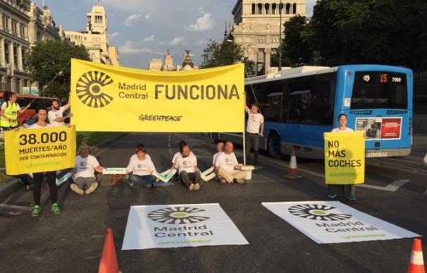 Varios activistas de Greenpeace han cortado el acceso a Madrid Central. / Greenpeace