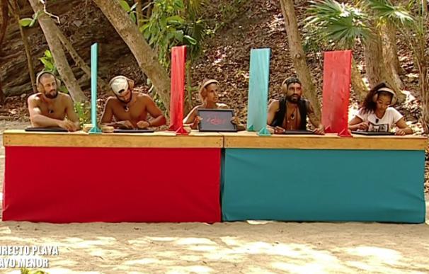 Fotografía de los concursantes de 'Supervivientes' haciendo el test de cultura general.