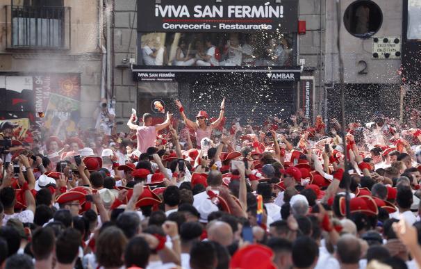 Ambiente previo al tradicional chupinazo con el que dan comienzo las fiestas de San Fermín 2019, este sábado en la Plaza del Ayuntamiento de Pamplona. EFE/Javier Lizón
