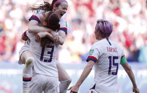 Jugadoras de la selección de EEUU celebran la victoria