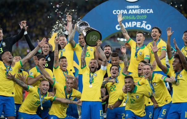 Dani Alves levanta la Copa América / CBF Futebol