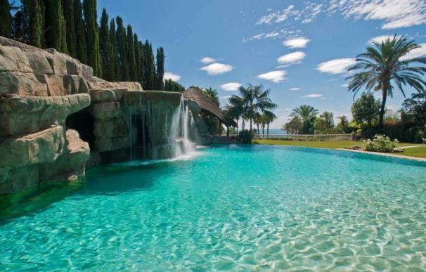 Gruta con cascada de Villa Loriana, la casa más cara de España,