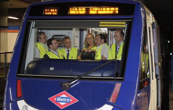 Fotografía tren del Metro de Madrid con operarios / Metro