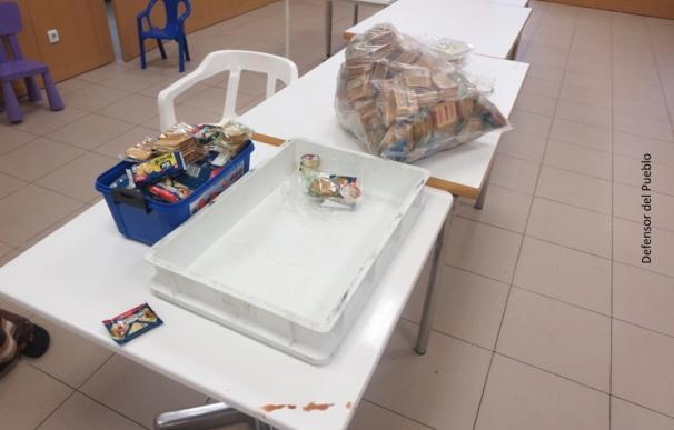 Fotografía servicio alimentación sala de solicitantes de asilo Barajas / Defensor del Pueblo