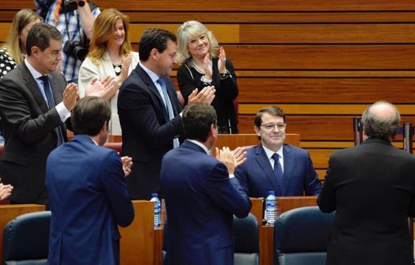 El candidato del PP a presidir Castilla y León, Alfonso Fernández Mañueco, aplaudido por sus diputados