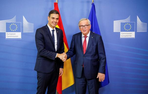 Pedro Sánchez posa junto al presidente de la Comisión Europea.
