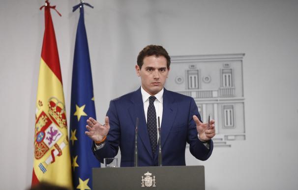 El presidente del Gobierno, Pedro Sánchez, recibe al presidente de Ciudadanos, Albert Rivera, en Moncloa