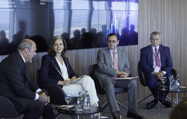 Manuel Conthe (a la derecha) junto a Jaime Caruana y Amparo Moraleda