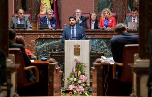 El candidato a la presidencia de la Comunidad de Murcia, Fernando López Miras (c), esta tarde durante su intervención en la segunda sesión del pleno de su investidura en el parlamento murciano en Cartagena. EFE/ Marcial Guillén