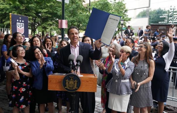 El gobernador del estado de Nueva York, Andrew Cuomo, tras firmar la medida. / NY Gov