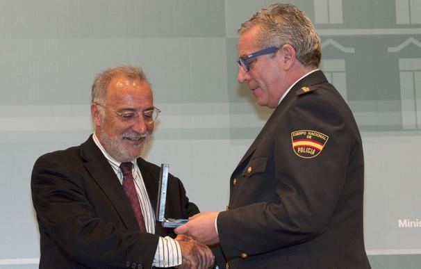El comisario Carlos Salamanca (d) recibe la Medalla al Mérito de Protección Civil