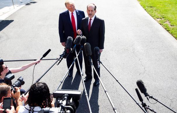 El presidente Donald J. Trump escucha al Secretario de Trabajo, Alex Acosta, durante el anuncio de su dimisión. /EFE