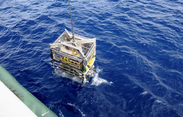 Un ROV se sumerge para estudiar los ecosistemas en las aguas de las islas Azores. / EFE