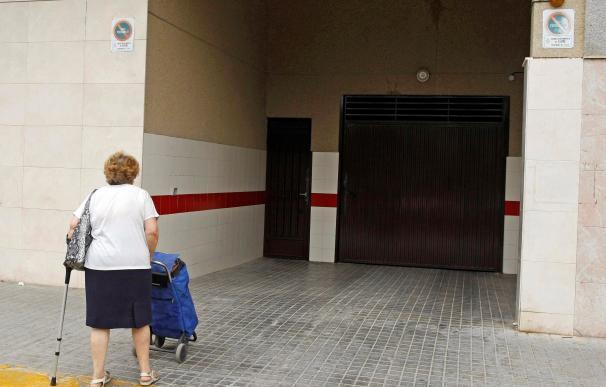 Vista de la entrada al garaje del domicilio en la que ha sido asesinada la mujer de 47 años. /EFE