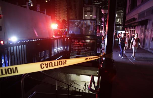 Gente caminando junto a la estación de tren Columbus Circle en Manhattan durante el apagón en Nueva York. /EFE