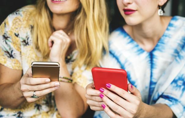Dos jóvenes utilizan su smatphone