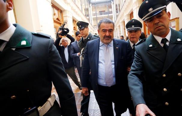 Fotografía de Andrónico Luksic, rodeado de policías / EFE